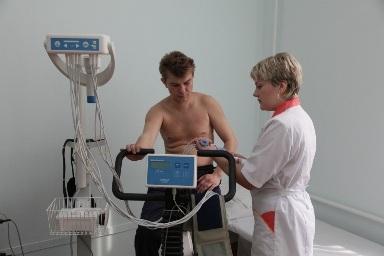 Процедура велоэргометрии в кабинете функциональной диагностики ЖД больницы в Туле - снятие показаний.